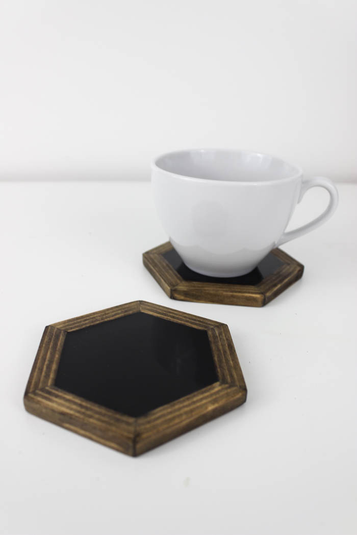 Make your own modern hexagon coasters. Love the look of the wood against the shiny black resin!