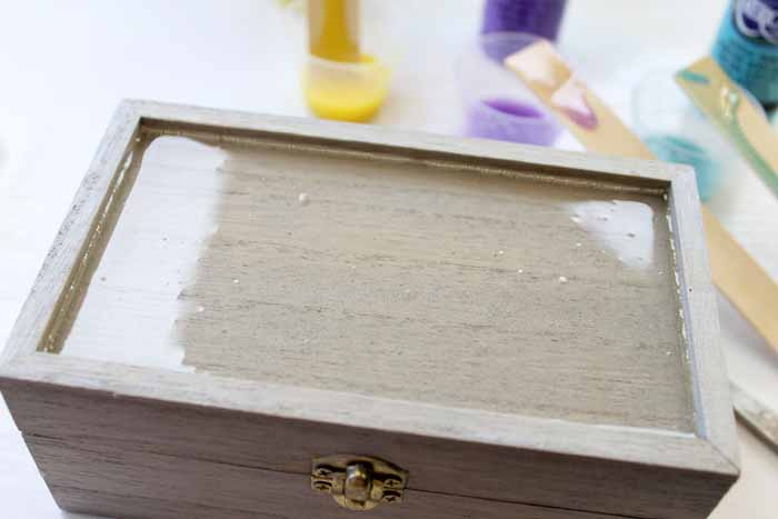 Make this marbled resin jewelry box as a gorgeous way to store your jewelry!