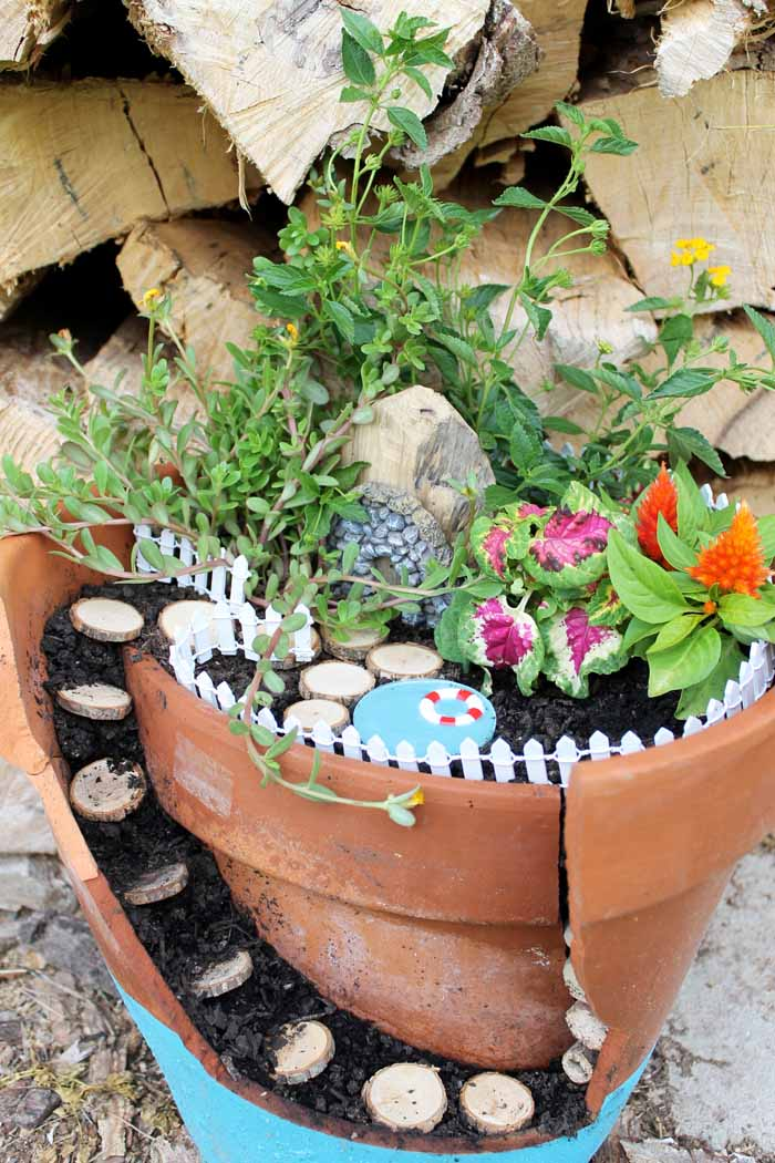 Make this fairy garden with a pool for your outdoor area or garden!