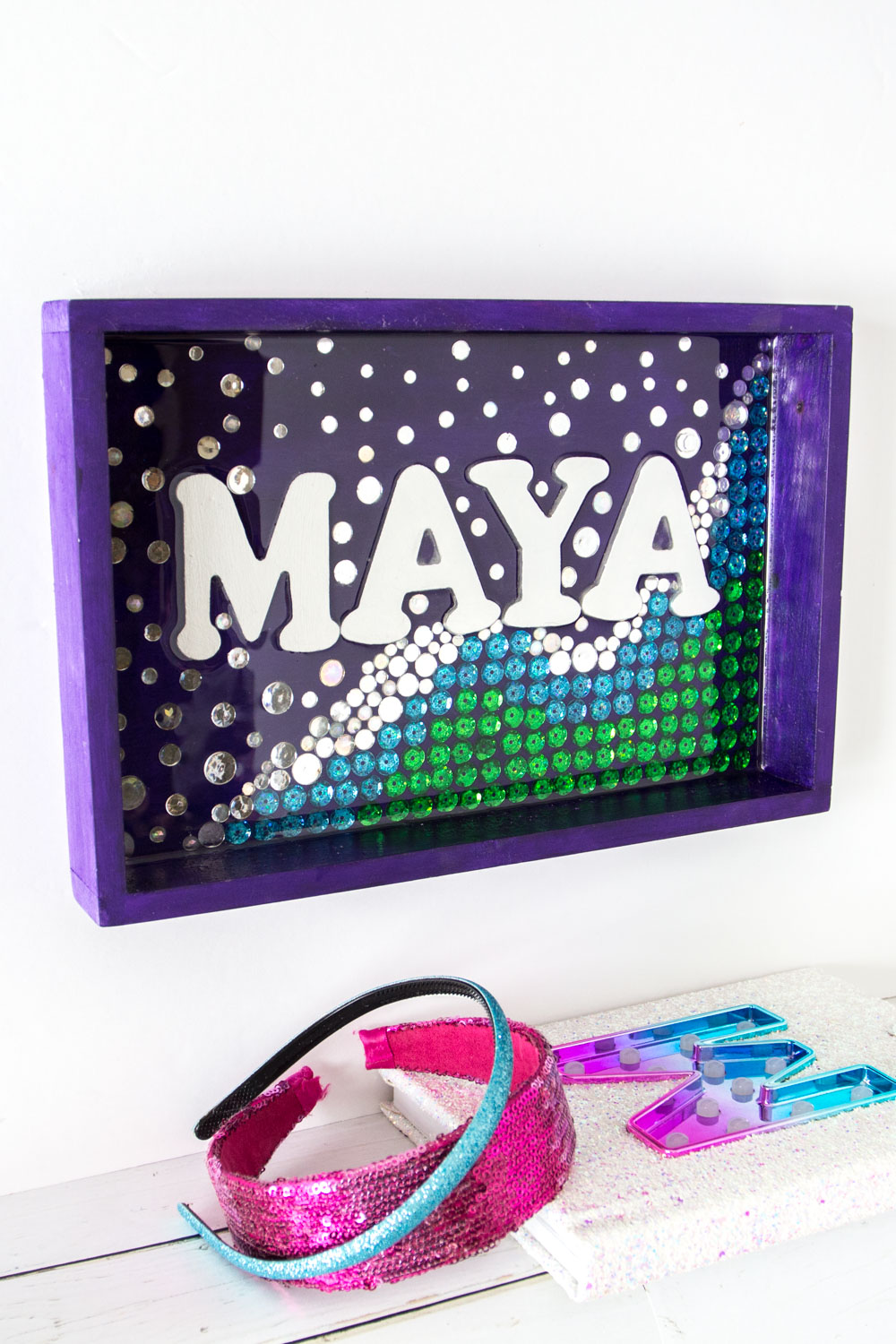 So pretty for a girl's bedroom! Shimmering #mermaid wall art name plate with resin. #envirotexlite #resincrafts #resincraftsblog