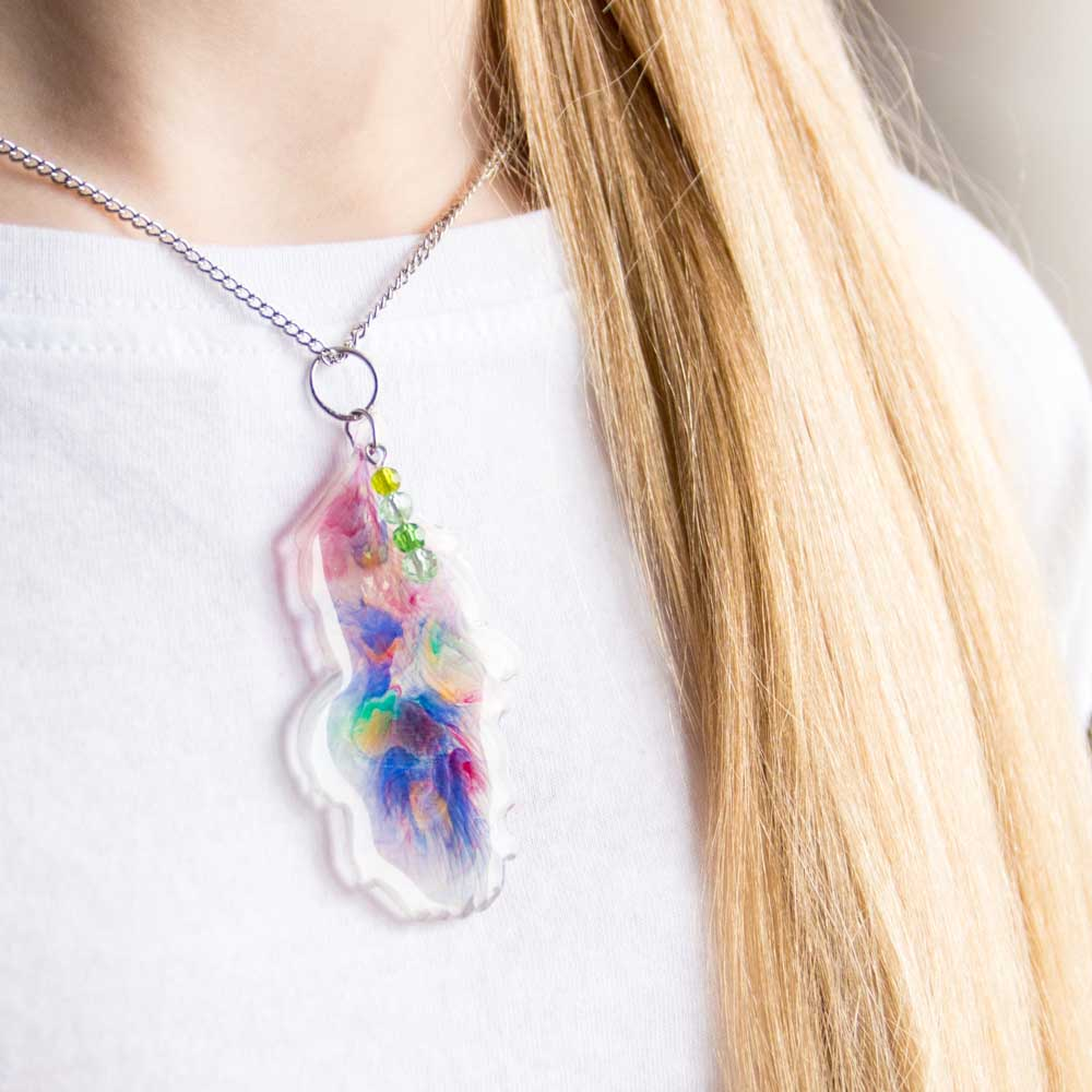 Watercolor-inspired feather-shaped pendant made with resin. #resincrafts #resincraftsblog #jewelrymaking