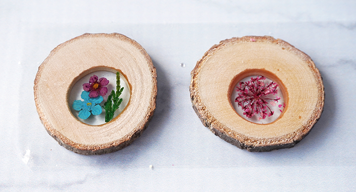Pressed flowers in wood slices with resin