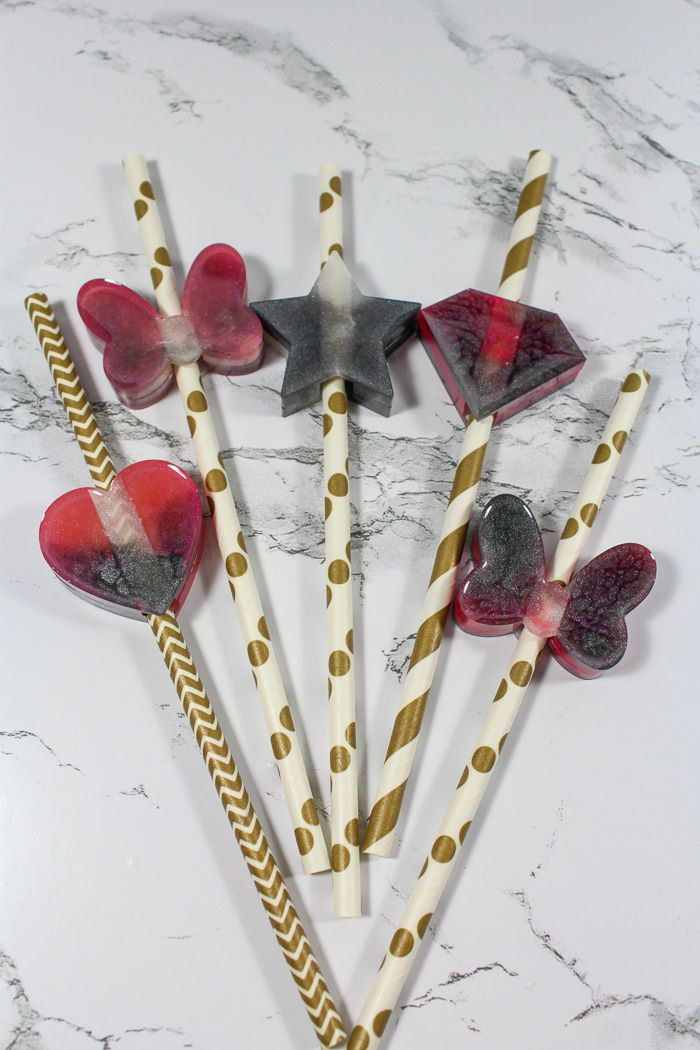 Learn to make adorable DIY Resin Straw Toppers with EasyCast Clear Casting Epoxy. This tutorial shows you how to make marbled straw toppers that are perfect for gifts or to keep for yourself.