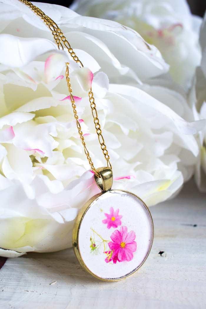 Beatufiul DIY resin jewelry. Learn how to make your own birth month flower pendant with floral photos and resin. Great birthday, Mother's Day or Christmas gift idea for her.