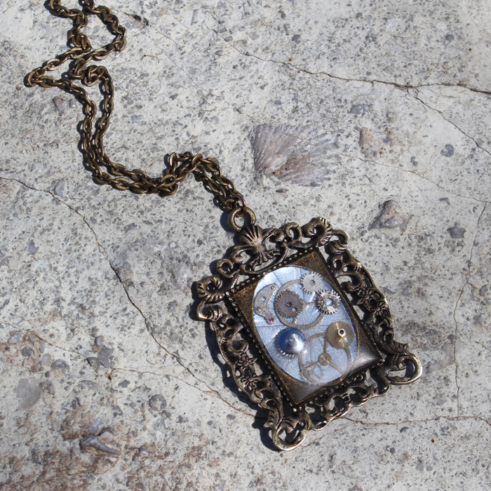 12 Awesome Décor Ideas For A Headstart On The Steampunk: Steampunk Resin Necklace Pendant DIY