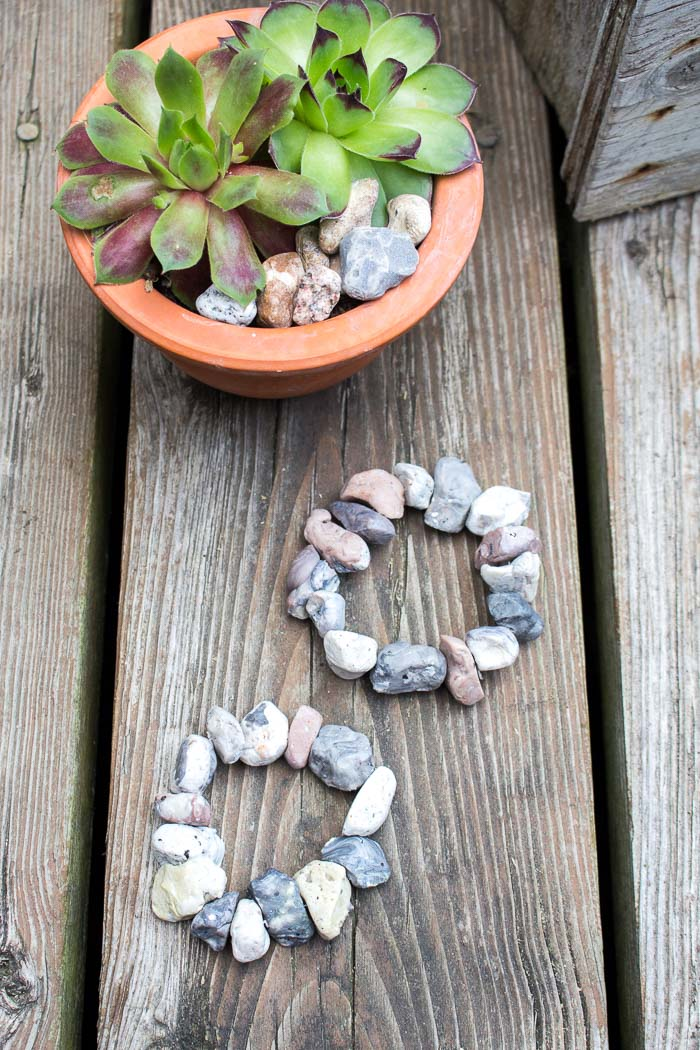 How sweet are these bracelets? Can't believe they're made with modelling clay! A step-by-step DIY tutorial is included for this stone jewelry idea.