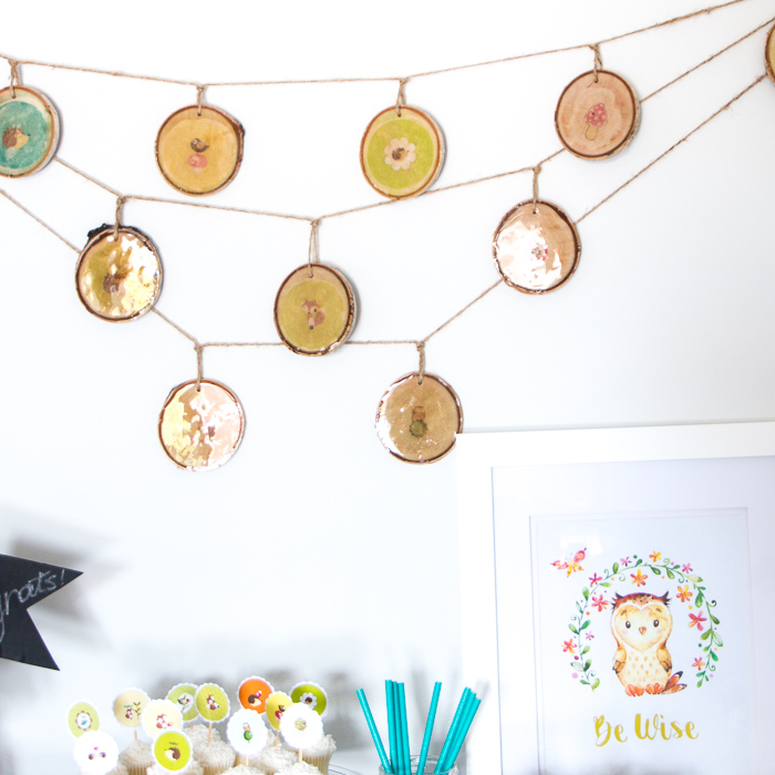 Love this DIY woodland nursery decor idea! Make your own rustic wood slice garland with any images. Full tutorial included!