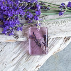 Learn how to make beautiful pendant jewery with dried lavender. Full step-by-step tutorial included!