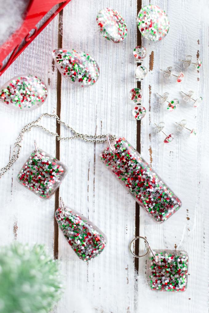 DIY resin jewelry with Christmas glitter using EnviroTex jewelry resin #diy #diyjewelry #chirstmasgift #resinearrings #giftidea