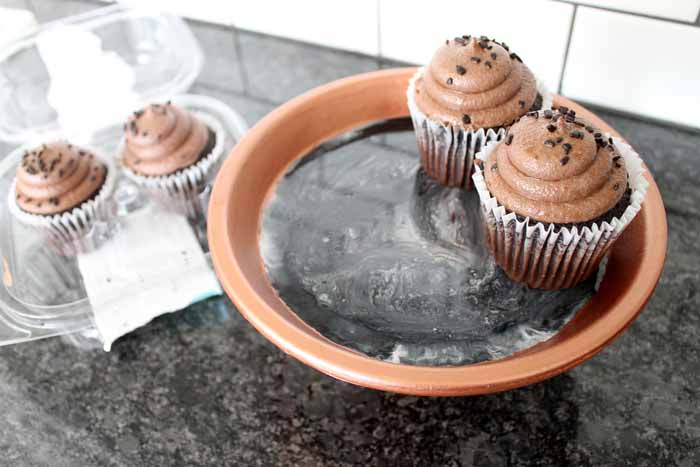 Make your own clay pot cupcake stand with a few supplies! Includes instructions for adding marbled resin to the bottom for a fun granite like effect! #resin #party #cupcakes