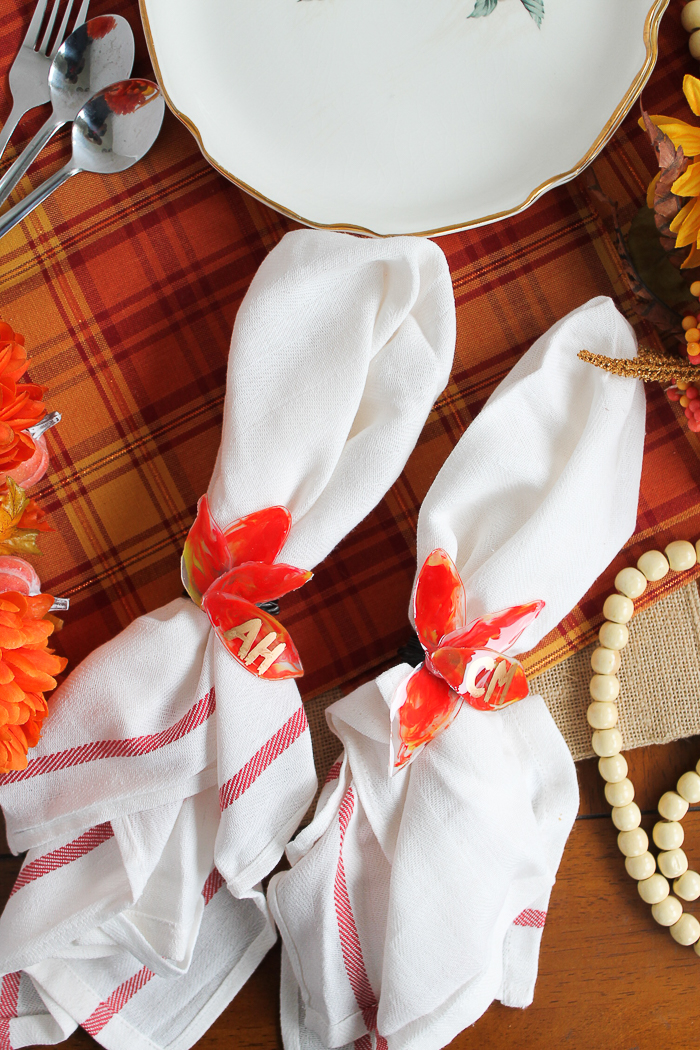 Make these resin leaf napkin rings and place cards are perfect for Thanksgiving! Add initials to these fall leaves to let everyone know where to sit! #thanksgiving #napkinrings #fall #fallleaves