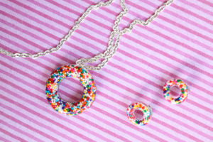 Make a donut necklace and earrings for a fun and whimsical addition to your jewelry box! #jewelry #donut